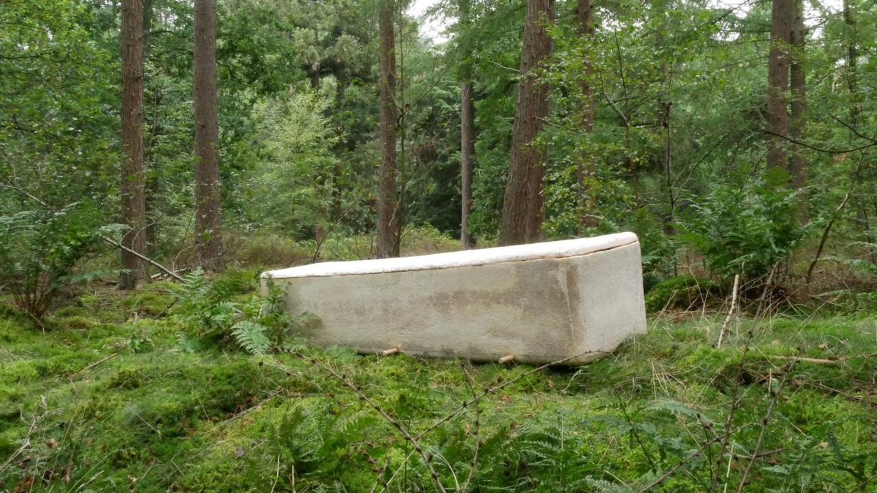 Eerste overledene begraven in een 'levende doodskist'.